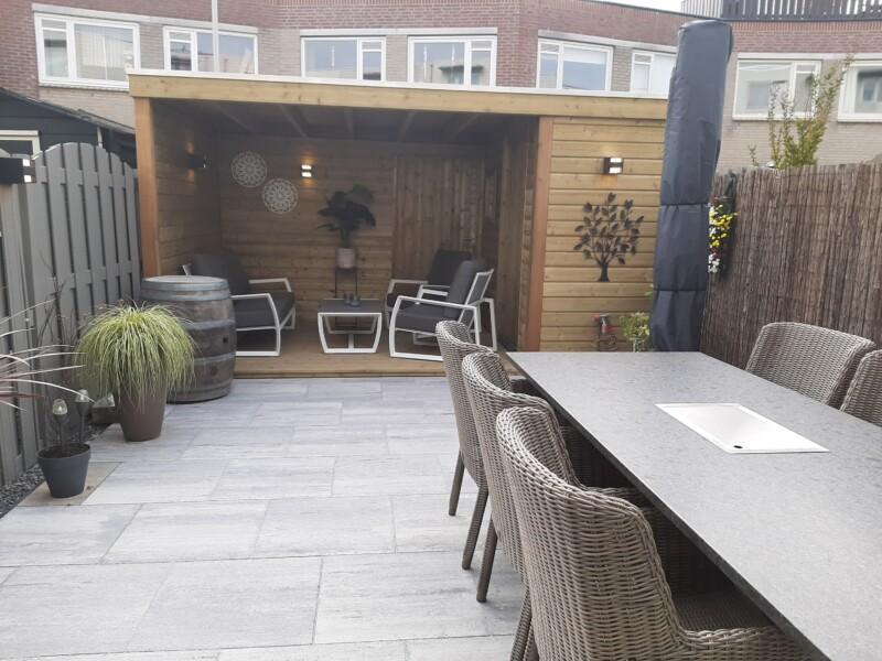 Overkapping op maat met zithoek en tuin tafel