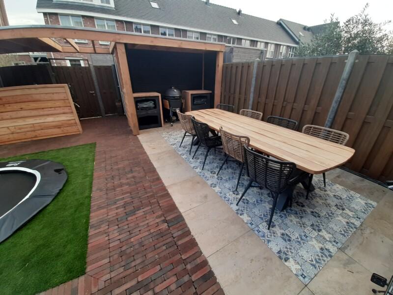 Complete tuin met buiten tafel